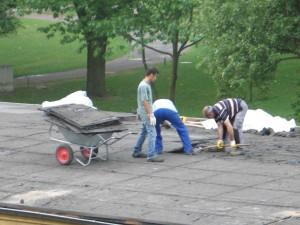 Die Dach-Abdecker bei der Arbeit