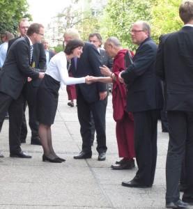 Der Dalai Lama an der Goethe Uni Begrüßung (1)